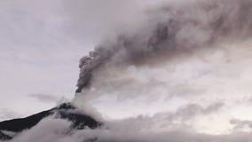 Tiro dramático da erupção 2016 de Tungurahua Volcano During vista através das nuvens da alta altitude filme