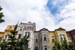 Tiro dramático de casas de fileira no Washington DC em uma tarde do verão fotografia de stock