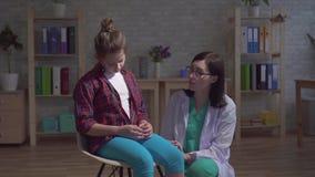Tiro dramático, un niño enfermo y un doctor en una capa blanca metrajes