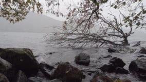 Tiro en el nivel del agua de las aguas agitadas de Loch Ness, Escocia almacen de video