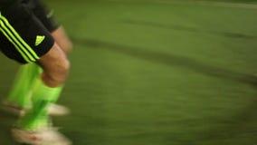 Tiro en la meta y la falta (ataques del futbolista) almacen de metraje de vídeo