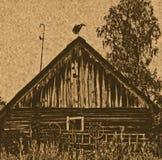 Tiro escénico de los edificios viejos del granero con la cigüeña en el tejado Foto de archivo