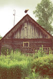 Tiro escénico de los edificios viejos del granero con la cigüeña en el tejado Fotos de archivo libres de regalías