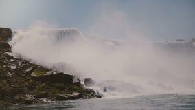 Tiro escénico del fondo de la cámara lenta de las aguas épicas que acometen abajo en sorprender la cascada de Niagara Falls debaj metrajes