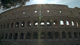Tiro esquerda para a direita da bandeja de Timelapse de Colosseo em Roma O Colosseum igualmente conhecido como Flavian Amphitheat video estoque