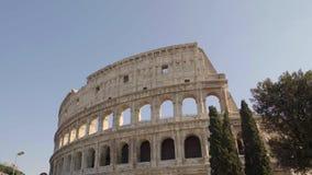 Tiro esquerda para a direita da bandeja do tempo real de Colosseo em Roma O Colosseum igualmente conhecido como Flavian Amphithea video estoque