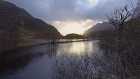 Tiro estático en la orilla del lago Shiel, Escocia almacen de video