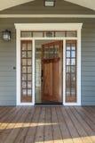 Tiro exterior de Front Door de madera abierto Fotografía de archivo