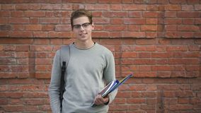 Tiro exterior del estudiante americano que presenta a lo largo de campus de la universidad al aire libre metrajes