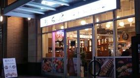Tiro exterior del restaurante japonés en la noche