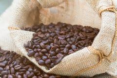 Tiro exterior do feijão de café no saco imagens de stock royalty free