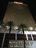 Tiro exterior do hotel internacional Las Vegas do trunfo na noite imagem de stock