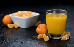 Tiro feito fresco do close-up do suco da tangerina Fotos de Stock