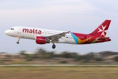 Tiro filtrado de uma aterrissagem de Malta Airbus do ar Imagem de Stock Royalty Free