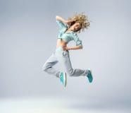 Tiro fino de una mujer de salto Imagenes de archivo