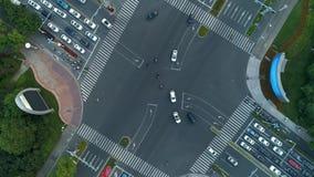 Tiro giratorio acelerado del abejón aéreo del cruce en la ciudad, los coches y los autobuses conduciendo por la avenida En la pue almacen de video