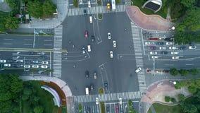 Tiro giratorio acelerado del abejón aéreo del cruce en la ciudad, los coches y los autobuses conduciendo por la avenida En la pue almacen de metraje de vídeo