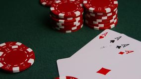 Tiro giratorio de las tarjetas y de las fichas de póker del póker en una superficie verde del fieltro metrajes