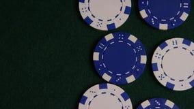 Tiro giratorio de las tarjetas y de las fichas de póker del póker en una superficie verde del fieltro almacen de metraje de vídeo