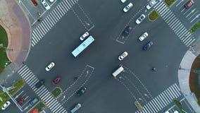Tiro giratorio del abejón aéreo del cruce en la ciudad, los coches y los autobuses conduciendo por la avenida En la puesta del so almacen de video