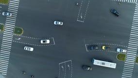 Tiro giratorio del abejón aéreo del cruce en la ciudad, los coches y los autobuses conduciendo por la avenida En la puesta del so almacen de metraje de vídeo