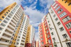 Tiro granangular de nuevos edificios residenciales Fotos de archivo libres de regalías