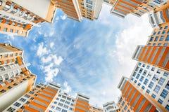 Tiro granangular de nuevos edificios residenciales Imagen de archivo libre de regalías