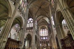 Tiro granangular estupendo del interior de St. Denis foto de archivo libre de regalías