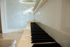 Tiro grande blanco del primer del piano, instrumento musical La marfil blanca y los claves negros de un piano fotos de archivo libres de regalías