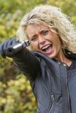 Tiro gritando da mulher do revólver fotografia de stock
