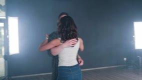Tiro gymbal dinâmico de uma dança dos pares em um estúdio profissional filme