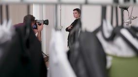 Tiro Handheld através da roupa no grupo de photoshoot profissional filme