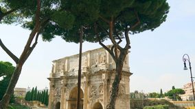 Tiro hermoso de la colina de Palatine al arco de Constantina al Colosseum 4k almacen de video