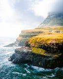 Tiro hermoso de monta?as verdes y el mar con el cielo nublado imágenes de archivo libres de regalías