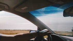 Tiro hermoso del POV del hombre que conduce a lo largo de la línea épica camino de la costa en el Big Sur California con la vista almacen de video
