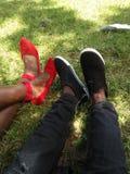 Tiro hermoso del zapato en prado fotografía de archivo