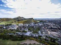 Tiro histórico da antena do dia ensolarado de Arthur Seat da cidade de Edimburgo imagem de stock