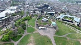 Tiro histórico de la antena de los monumentos de la colina de Calton de la ciudad de Edimburgo almacen de metraje de vídeo