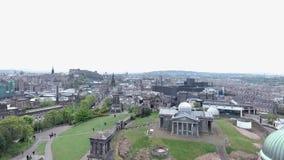 Tiro histórico de la antena de los monumentos de la colina de Calton de la ciudad de Edimburgo almacen de video
