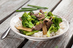 Tiro horizontal da fritada da agitação dos brócolis de N' da carne Fotos de Stock Royalty Free