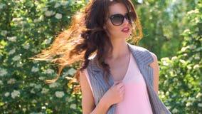 Tiro horizontal del aire libre de la mujer joven elegante que toma un paseo metrajes