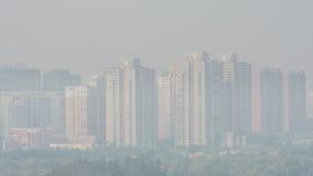 Tiro horizontal do ângulo largo das construções em beijing em um nevoento fotos de stock royalty free