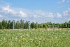 Tiro horizontal do campo de futebol no rural Imagem de Stock