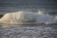 Tiro imponente de la acción de una onda que se estrella sobre la costa Foto de archivo