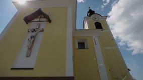 Tiro inclinable cercano de una iglesia en un día soleado brillante en Lukovica, Eslovenia metrajes