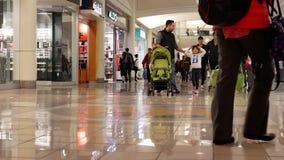 Tiro inclinable de la gente que hace compras dentro de alameda de compras de Burnaby almacen de video