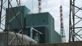 Tiro inclinable de las torres de la transmisi?n y de las chimeneas de la incineradora  metrajes