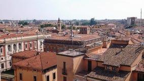 Tiro inclinable de los tejados, de las iglesias y de las terrazas de Mantua almacen de metraje de vídeo