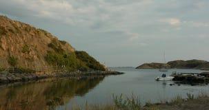Tiro inclinable de una bahía en una isla en el archipiélago sueco almacen de video