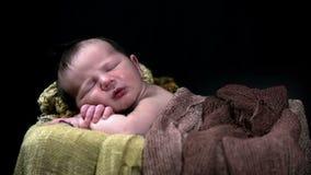 Tiro inclinable del bebé durmiente en escena preorganizada metrajes
